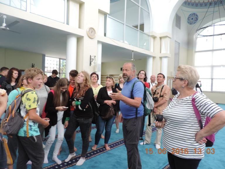 Nie wszyscy odważyli się wejść do meczetu...